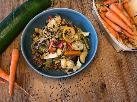 Asiatischer Wok mit buntem Reis