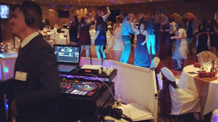 That's How We Having Fun with Our Newlyweds! @dj_vito_lee #wedding @hollywoodcctr #weddingmc #weddinghost #mcsergii #djvitolee #weddingfun #dmveventplanner #dmvevent #privateevents #eventplanner #hollywoodcasinoatcharlestownraces #