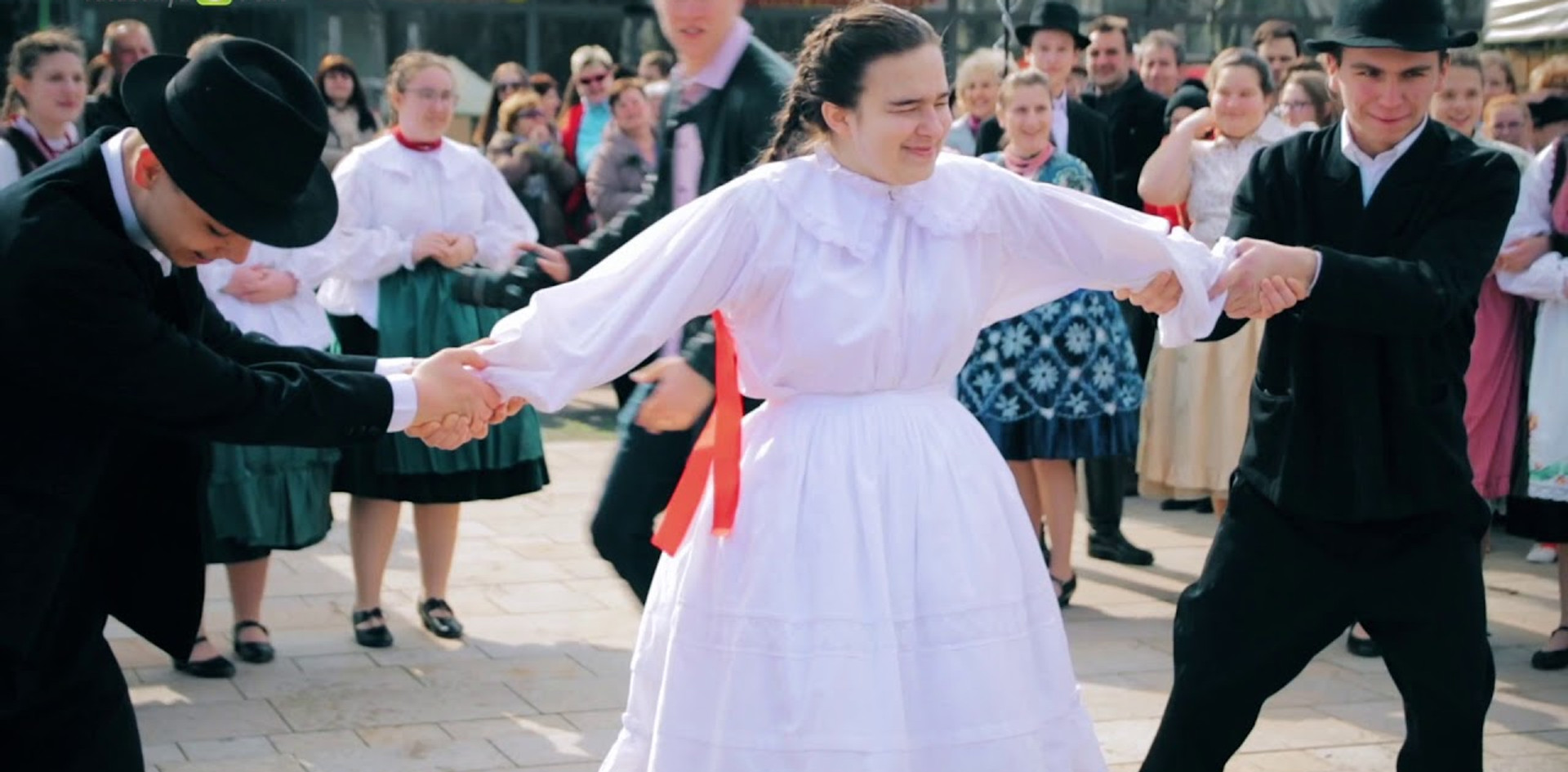 Húsvéti locsolkodás az Árpád téren