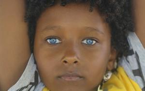 Brincalhão, o blogueiro negro e de belos olhos azuis conta que tem hábitos iguais aos das outras crianças