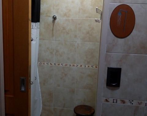 Baño: cuarto de ducha con vestidor