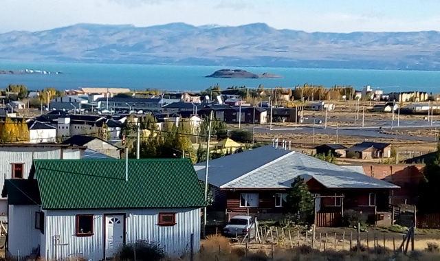 Vista desde el comedor al Lago Argentino, Cordillera y ciudad