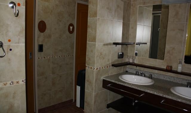 Baño: entrada, sector lavamanos