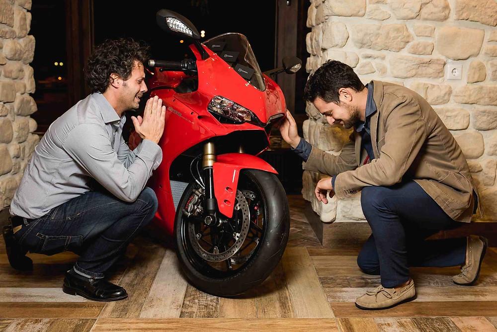 Красный спортивный гоночный мотоцикл Ducati. Итальянский бренд Дукати. AL33 Pizzeria, Bar & Bottega