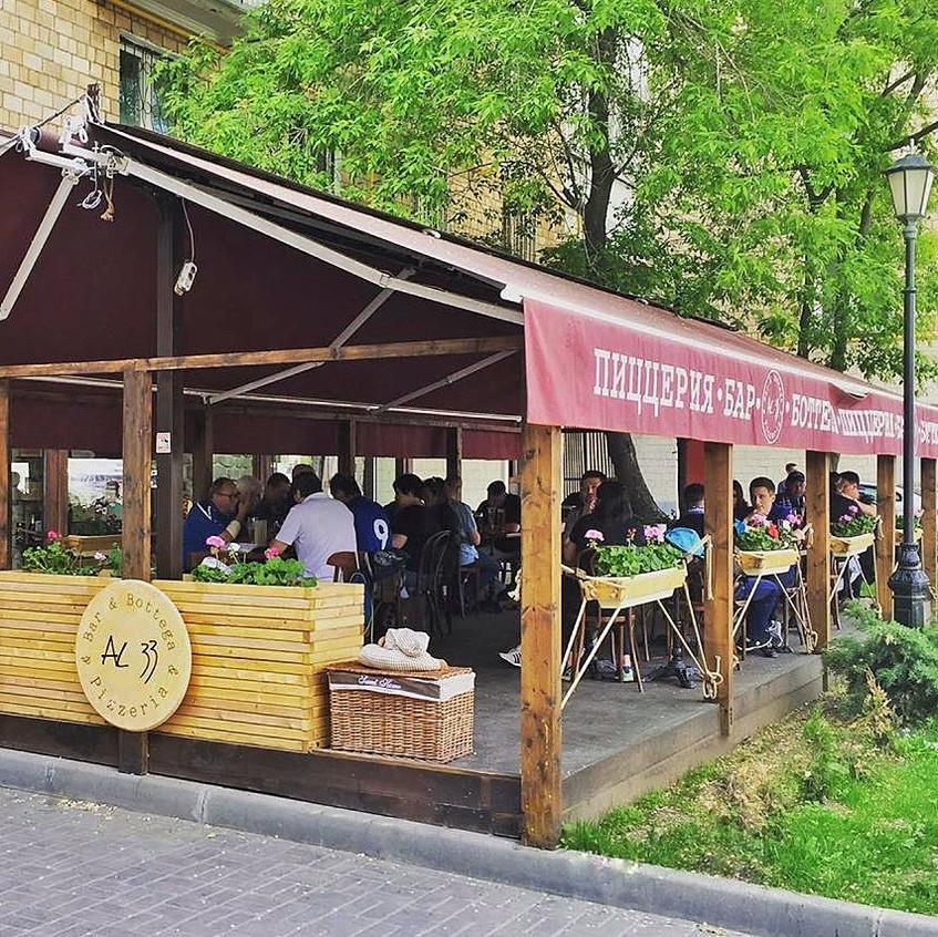 Летняя веранда пиццерии, бара и боттеги AL33 в Беговом районе в Москве.
