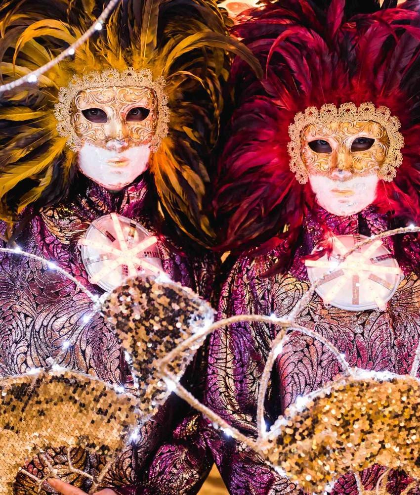 Модели в роскошных маскарадных костюмах и масках для открытия пиццерии AL33!