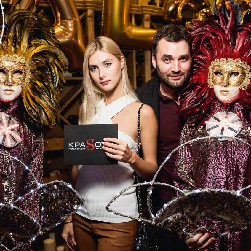 Вручение сертификатов от салона красоты КраSота гостям ресторана AL33 в Беговом районе. Молодая пара одержала победу в розыгрыше приза. На вечеринке присутствовала арт-группа в маскарадных масках и костюмах.