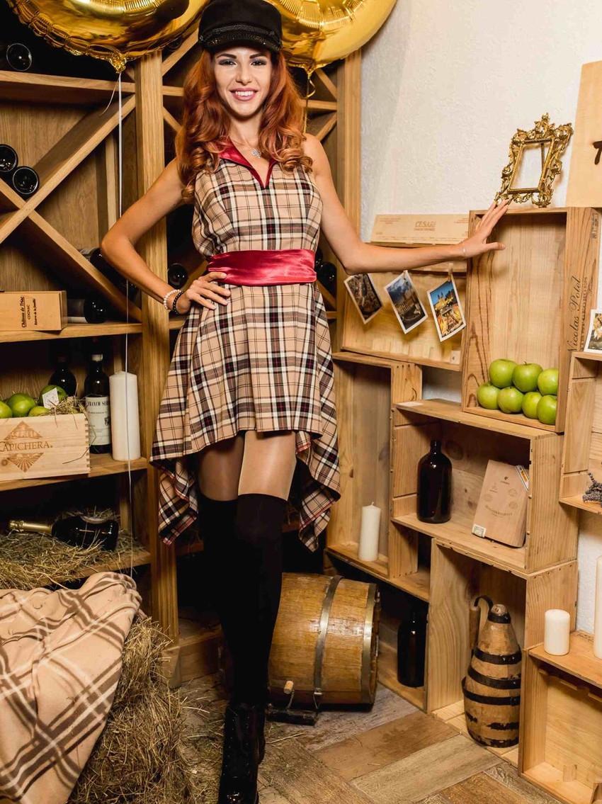 Ведущая-репортер сми блога. На фоне декоративная установка с яблоками, вином, ящиками из дерева.