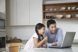 Pai e filha no computador