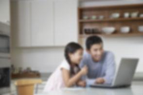 Père et fille à l'ordinateur