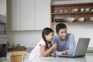 Vater und Tochter am Computer