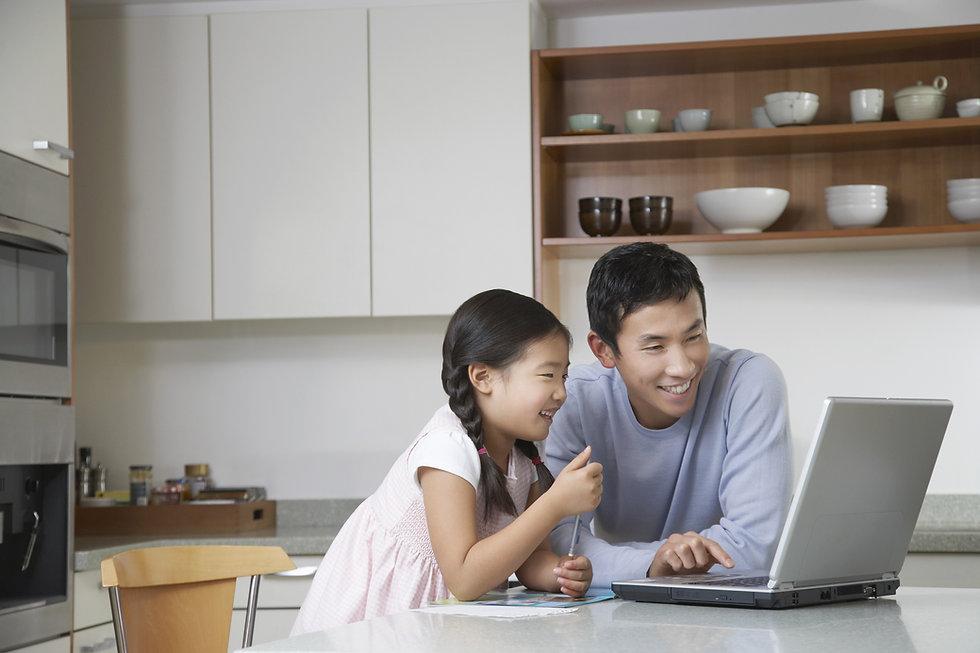 コンピューターに向かう父と子