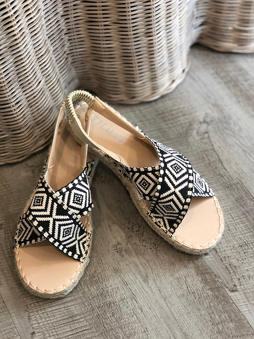 Black patterned sandals with elastic