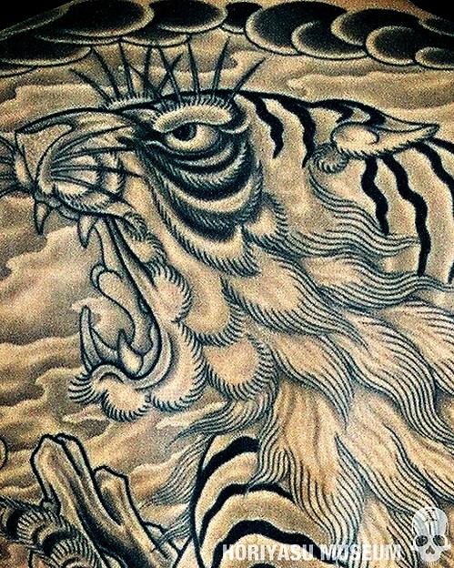 彫やす・虎・ブラックアンドグレー