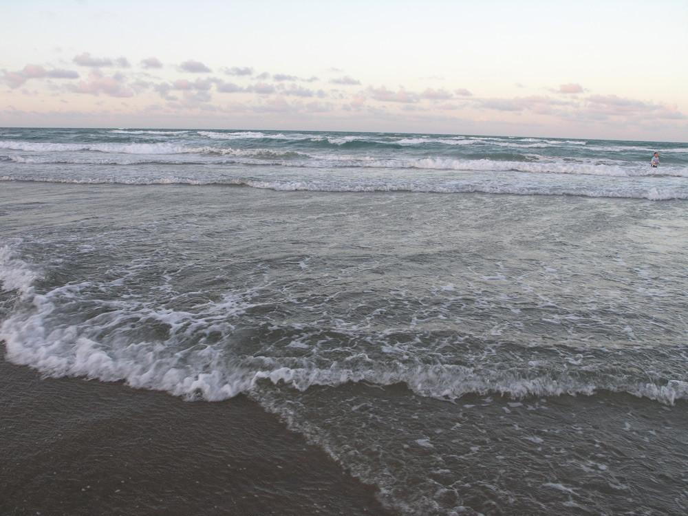 beach_incomingWaves.jpg