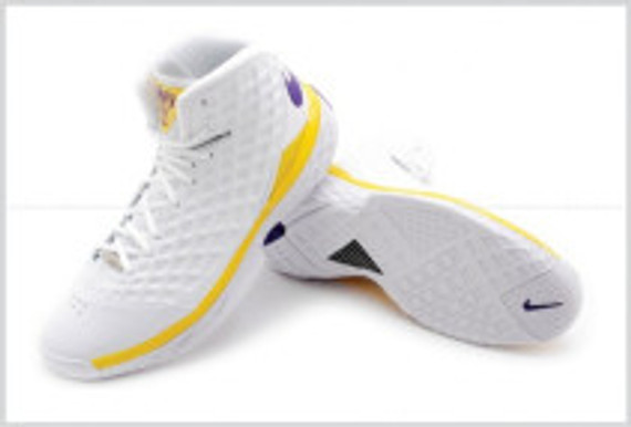 Nike-Zoom-Kobe-3-III-Lakers-Pair-Pose-Sole