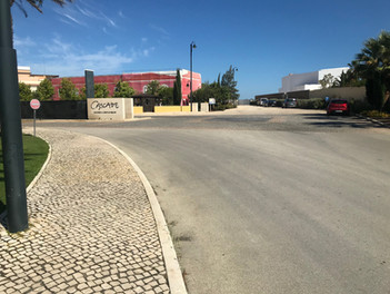 Hotel zum 'Geheimstrand', rechts vom Hotel das Tor zum Weg
