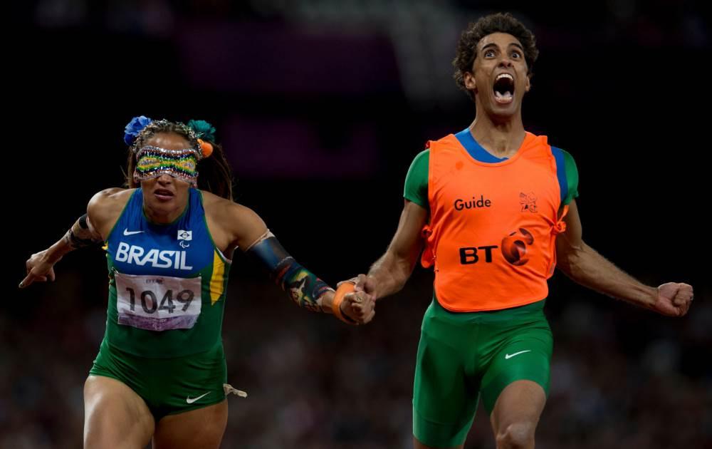 A velocista brasileira Terezinha Guilhermina, aqui com o guia Guilherme Soares de Santana, ganhou um ouro memorável em Londres 2012 (Photo: Getty Images/Buda Mendes)