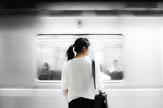 Donna in metropolitana