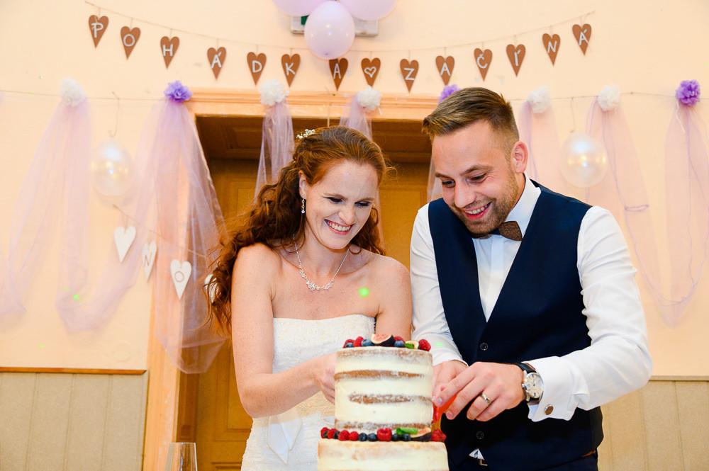 Nápis pohádka začíná jako výzdoba na svatbě v kulturním domě v Náměšti na Hané, u kterého se novomanželé smějí při krájení svatebního dortu.
