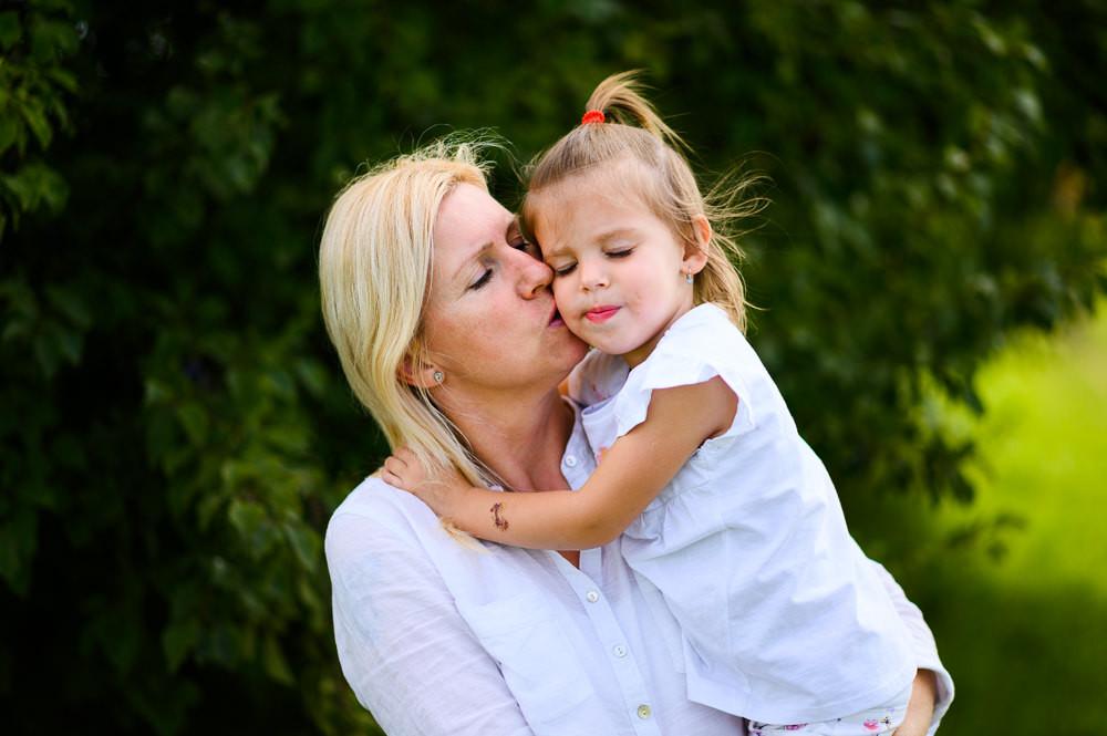 Máma s tříletou dcerkou sdílí moment při rodinném focení v Hněvotíně u Olomouce.