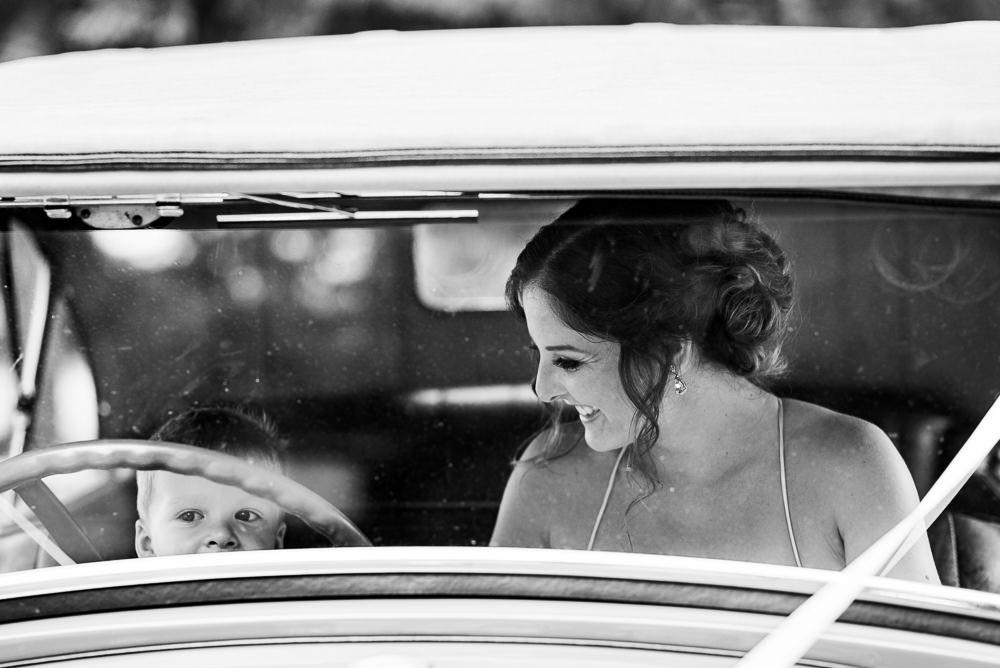 Máma nevěsta se synem sdílí okamžik na sedadle veterána na svatbě ve Slatinicích.