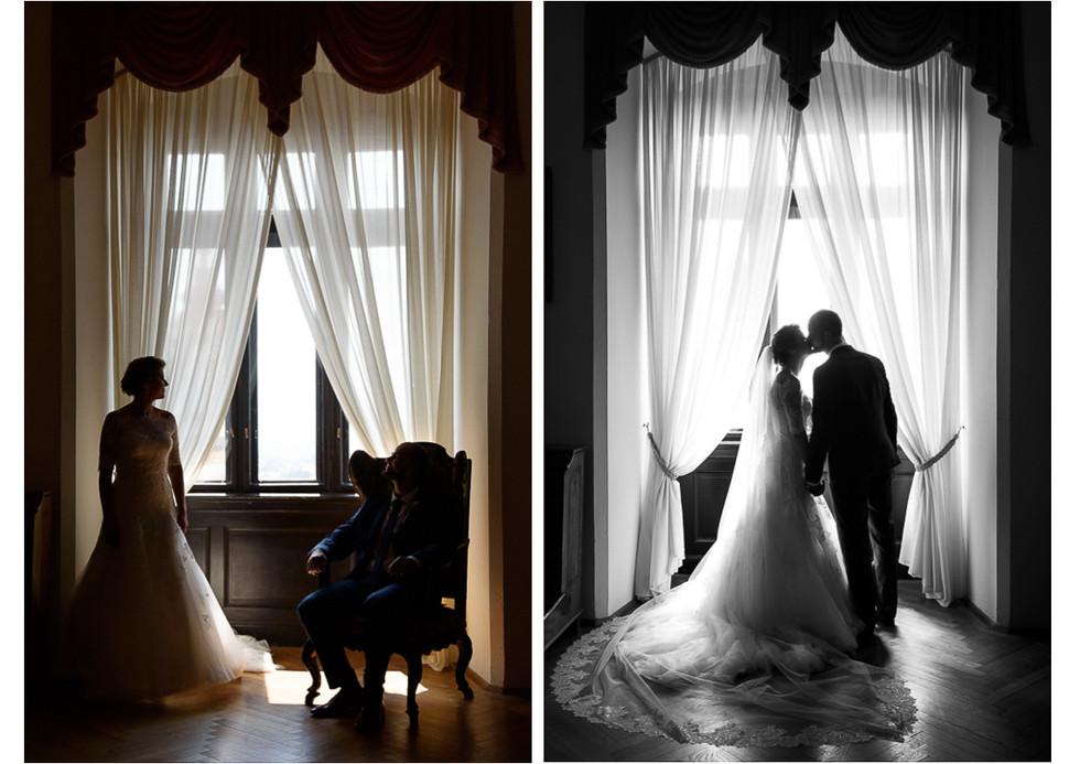 Novomanželé u okna se záclony v interiéru na hradě Šternberk