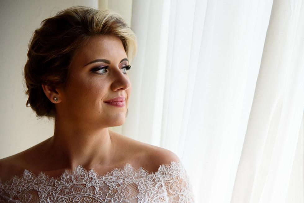 Portrét nevěsty při pohledu z okna
