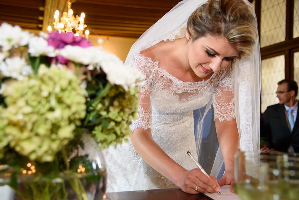Nevěsta se podepisuje po obřadu v rytířském sálu na hradě Šternberk