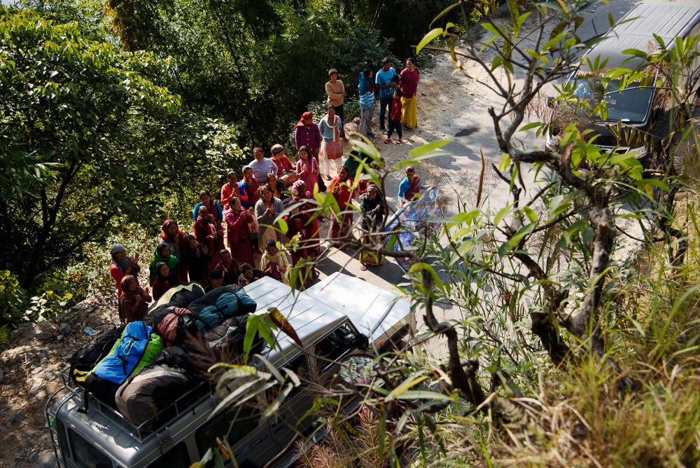 Nepálské ženy blokují silnici při tradici během festivalu Tihar.
