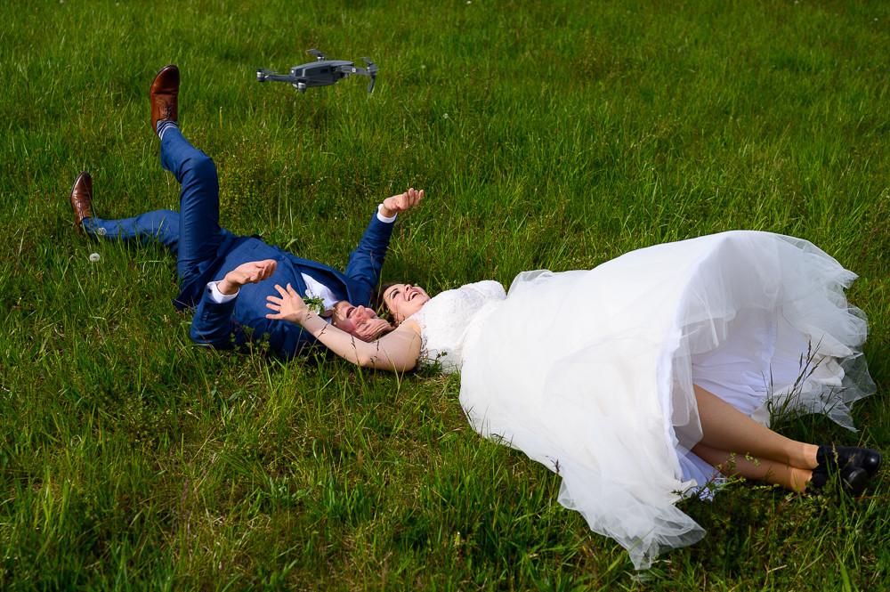 Dron ohrožuje novomanžele při svatebním focení venku na louce.