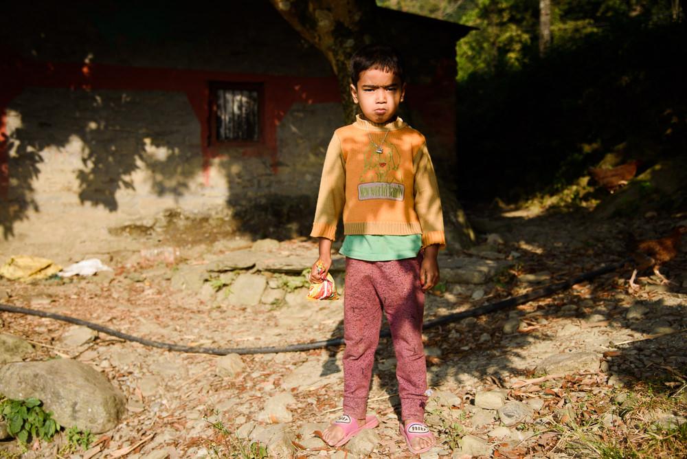 Portrét dítěte při cestě na vrchol Sarangkot, Pokhara, Nepál.