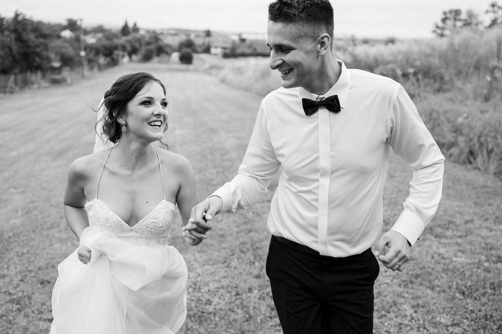Novomanželé běží společně napříč novému života ve dvou.
