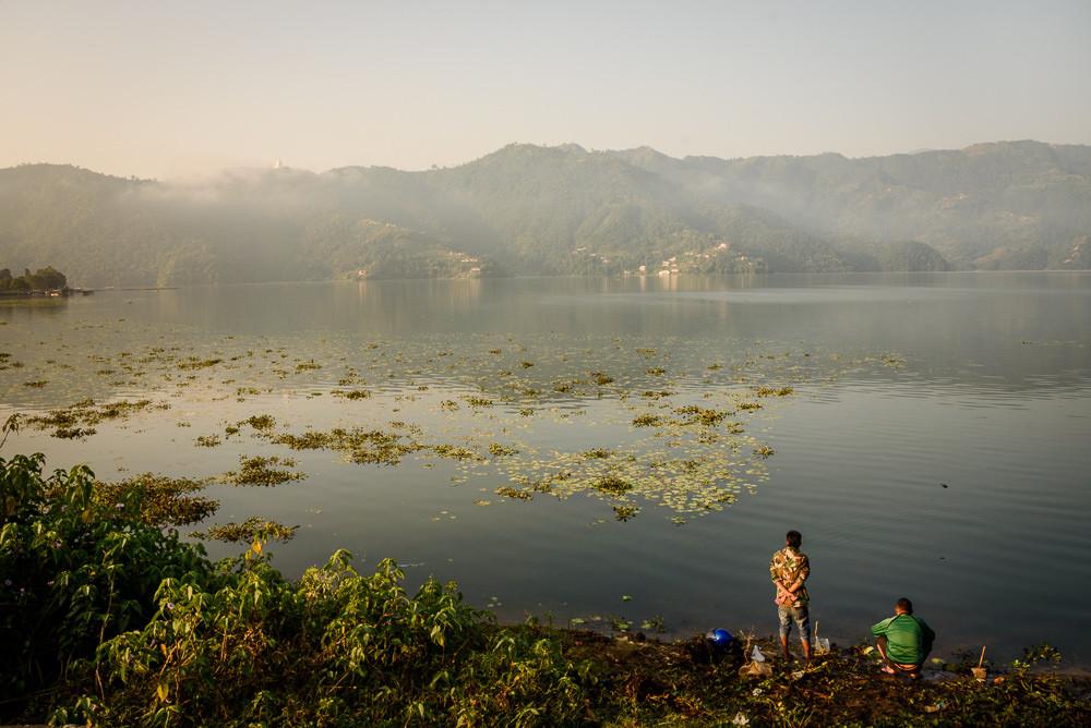 Pokharské jezero po východu slunce.