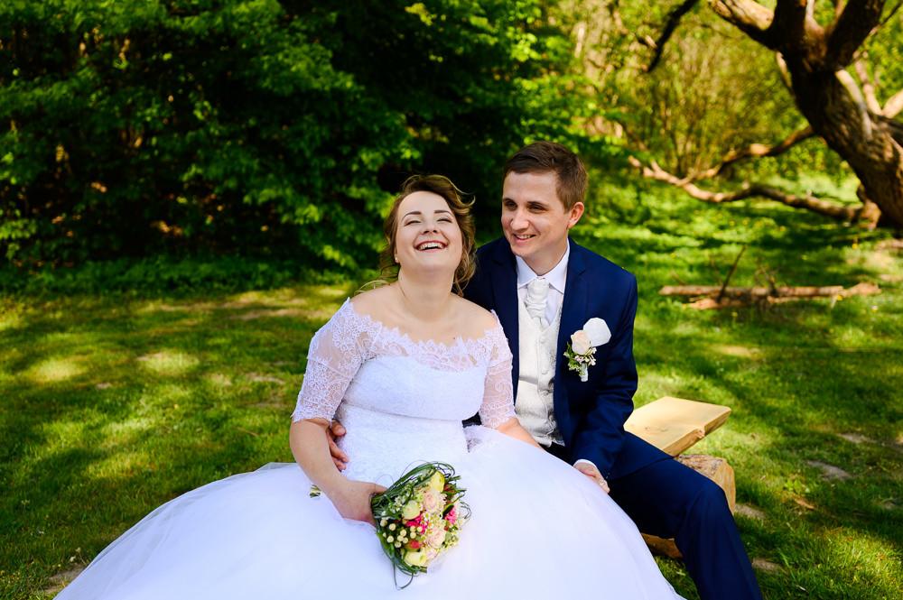 Nevěsta se směje při přirozeném svatebním focení ve Šternberku.