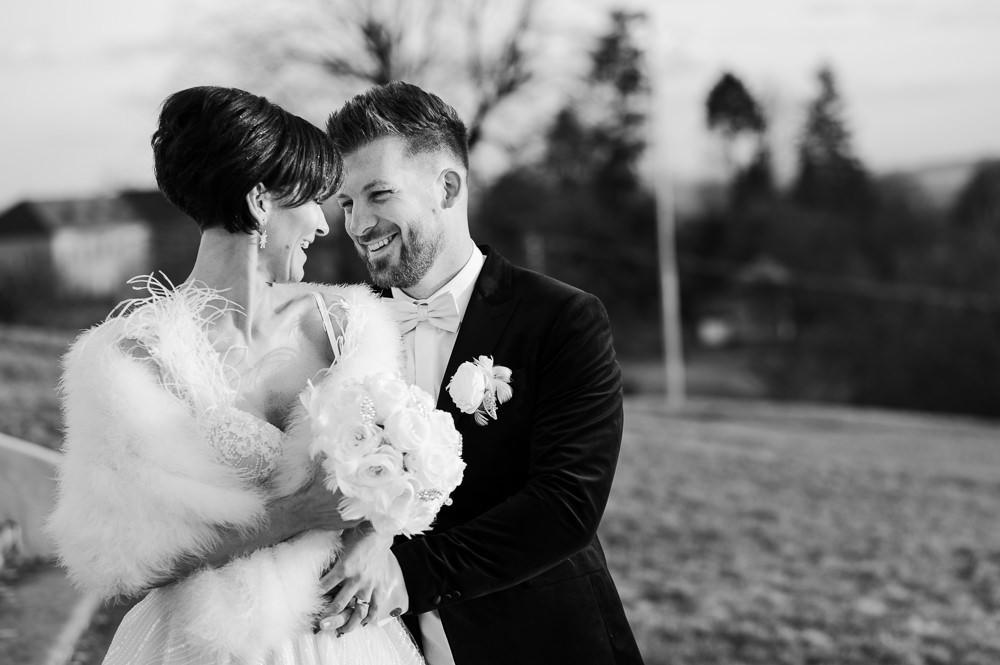 Momentka novomanželů v objetí na zimní svatbě.
