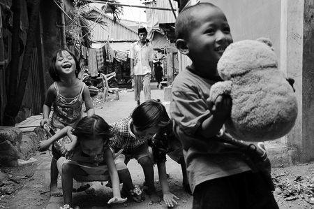 Děti ukazují své oblíbené hračky cestovatelům v ulicích Makassaru, hlavního města provincie Jižní Sulawesi v Indonésii.