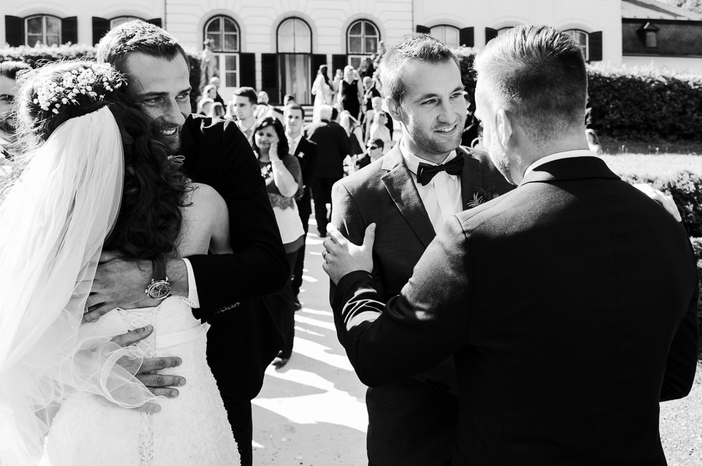 Gratulace novomanželům po obřadu.