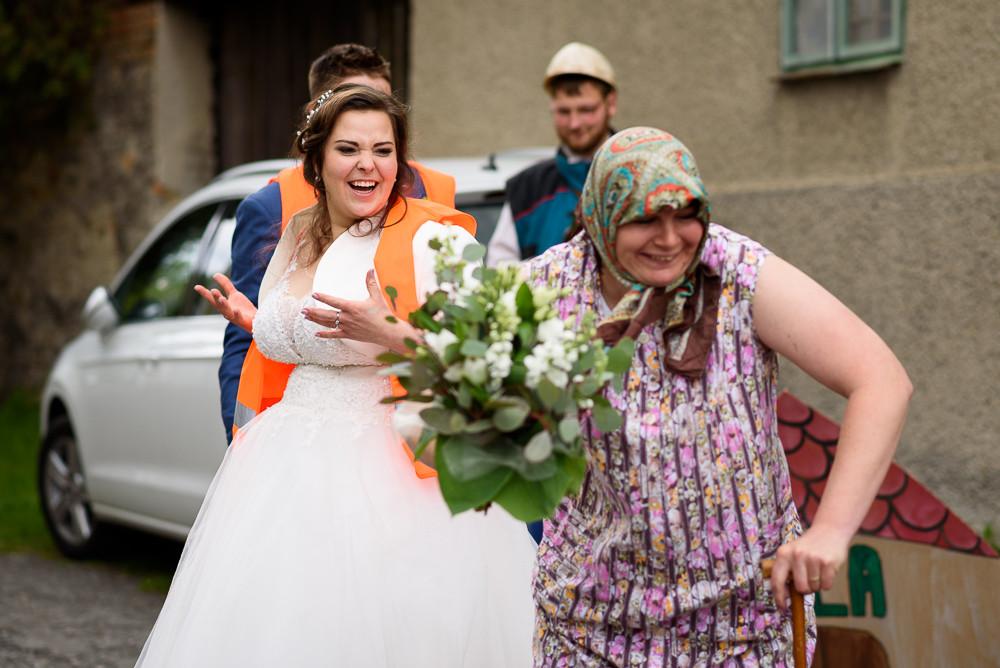 Babka krade nevěstě svatební kytici.