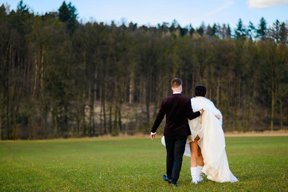 Ženich pomáhá nevěstě se svatebními šaty a odkývá víc než měl v úmyslu.