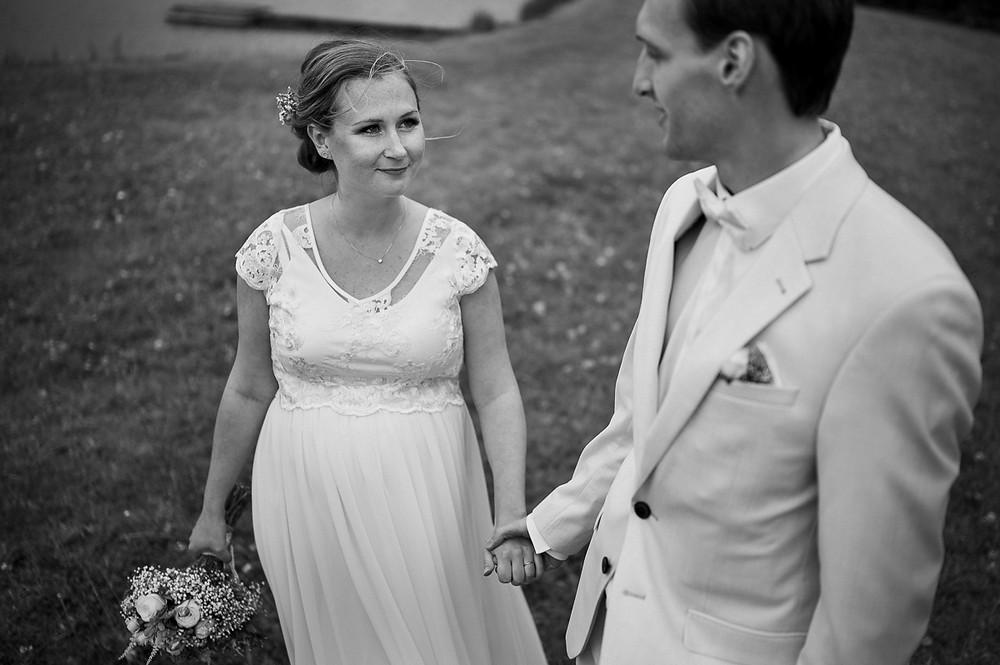 Černobílý portrét nevěsty a ženicha u rybníka Prachárna v Olomouci.