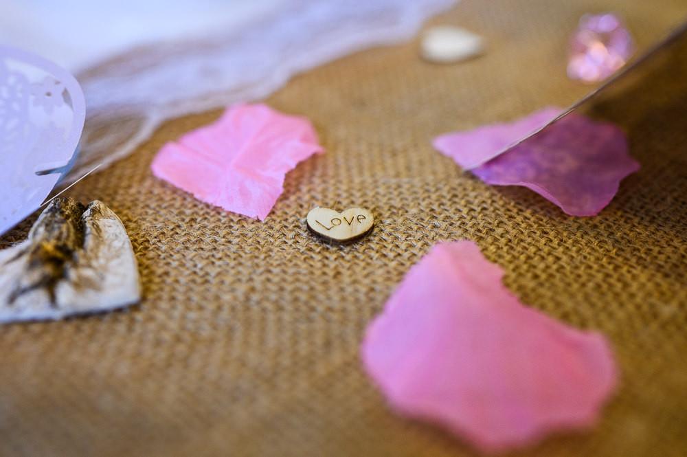 Malé dřevěné srdíčko s nápisem love jako výzdoba na svatbu.