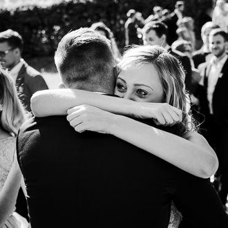 Družička objímá ženicha př obřadu na svatbě na zámku v Náměšti na Hané.
