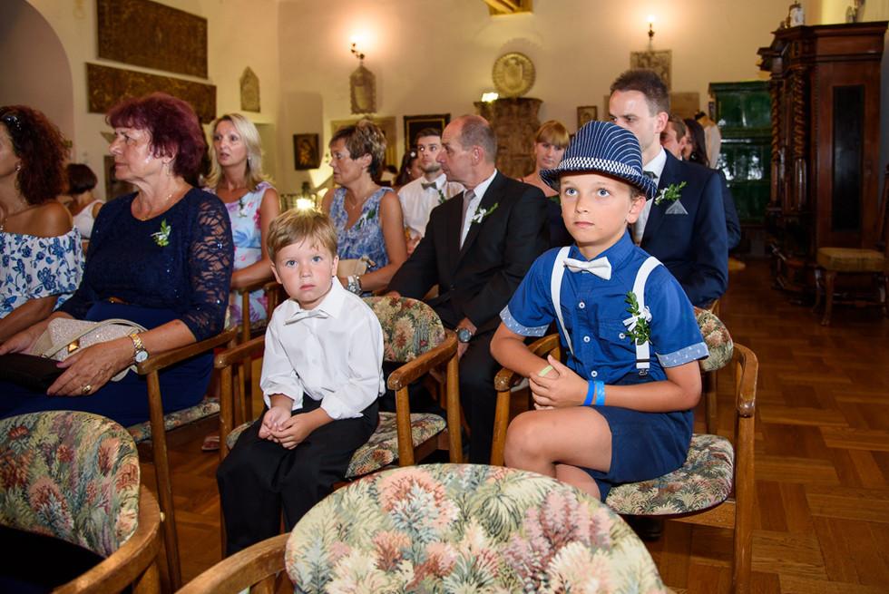 Svatebčané čekají na příchod nevěsty