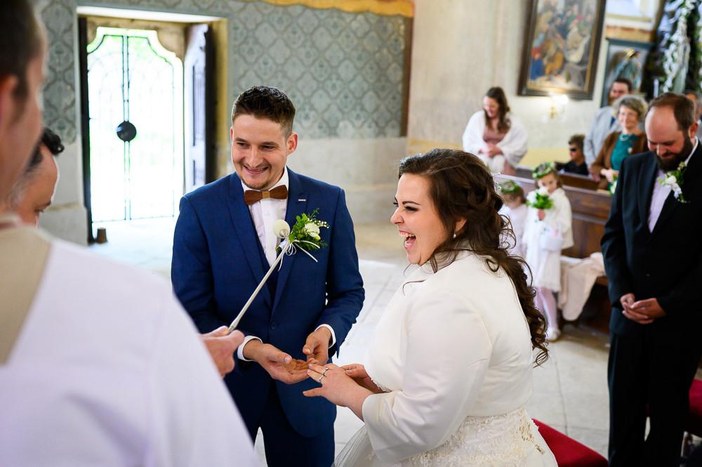 Ženich s nevěstou se smějí poté, co jí ženich nasadil prsten.