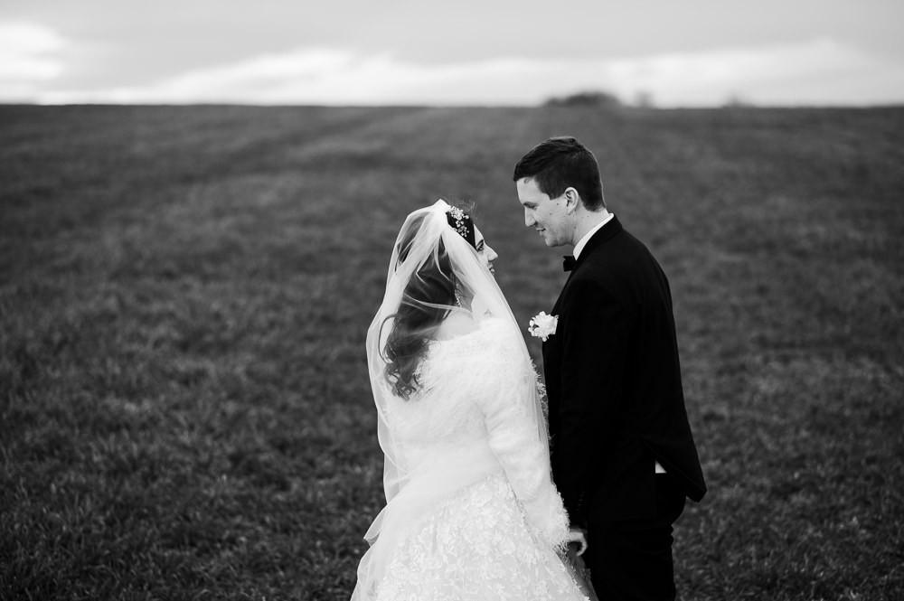 Novomanželé sdílí pohled při focení na zimní svatbě.