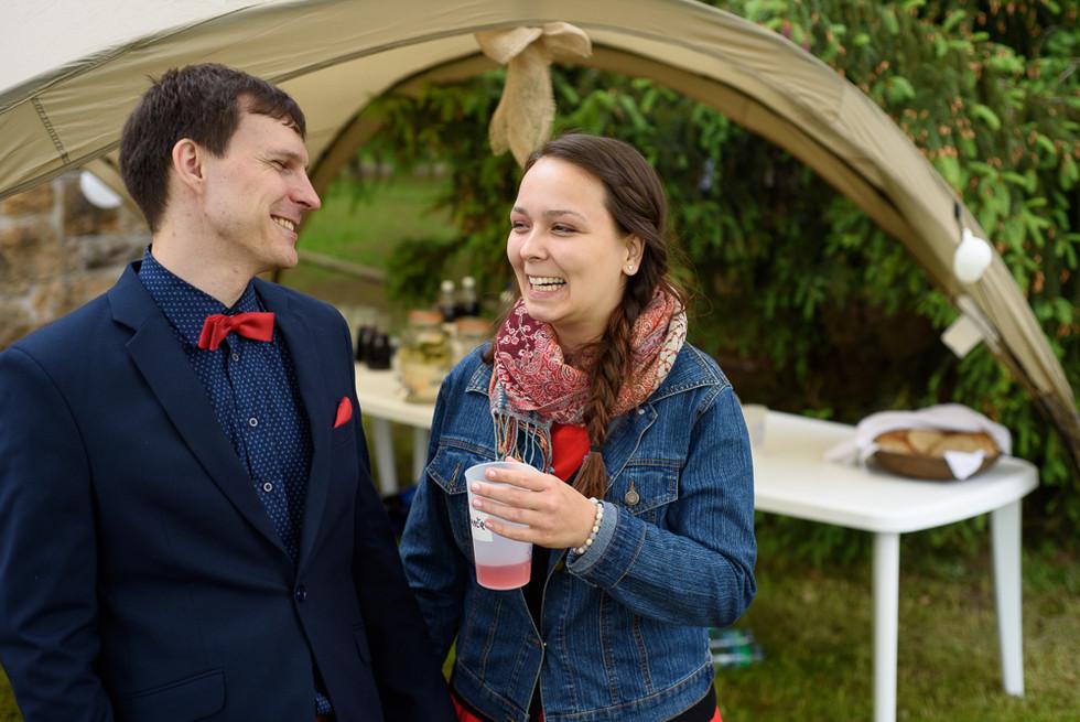 Momentka s hosty na svatbě na skautské základně v Hostinné