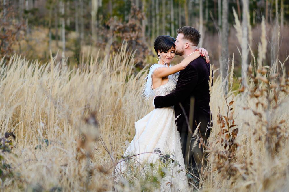 Ženich s nevěstou v objetí při zimním focení novomanželů na Kopečku v Olomouci.