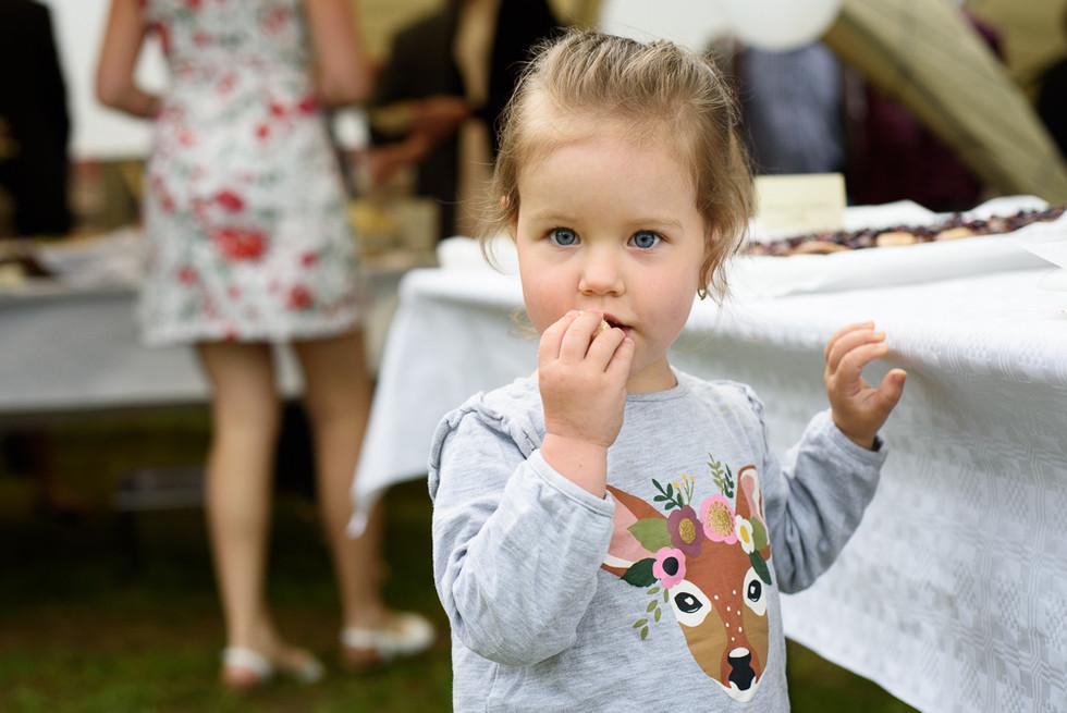 Dítě na hostině na skautské základně v Hostinné