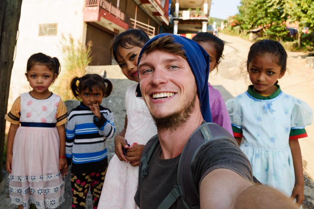 Cestovatel a fotograf Jan Doležal na selfie s holkami v Nepálu, Pokhara.